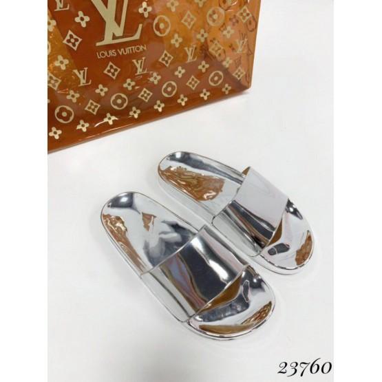 Летняя Шлепанцы зеркалка yes mile; высота подошвы сзади-2,5 см, спереди-1 см; размерная сетка с 36 по 41; 36-23,5; 37-24; 38-24,5; 39-25; 40-25,5; 41-26 см серебро эко лак 23760 польша 36(р)