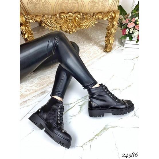 Ботинки демисезонные с заклепками в форме звезд