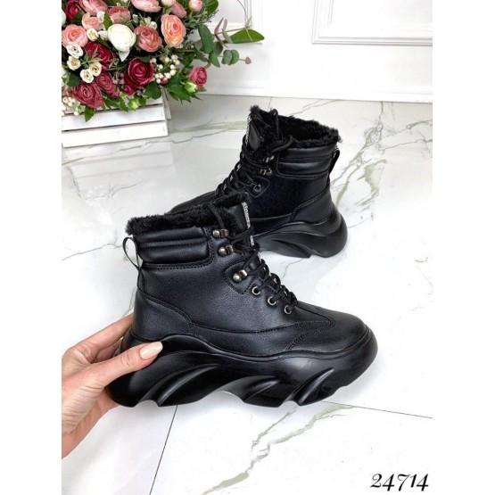 Спортивные ботинки зимние на высокой подошве.