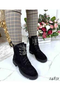 Зимние ботинки с украшением на языке