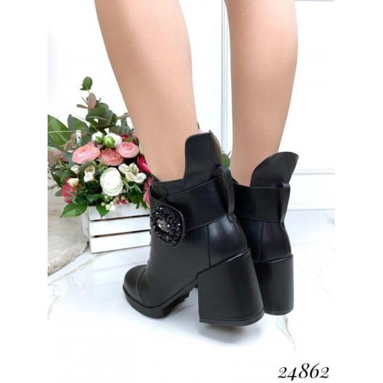 Ботинки зимние с брошкой.