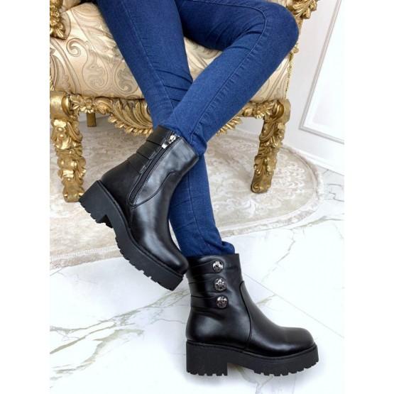 Зимние ботинки с украшением.