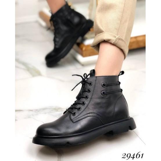 Ботинки сзади с декоративным шнурком