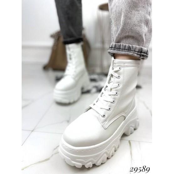 Ботинки на спортивной подошве.