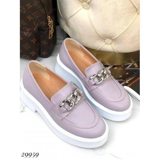 Туфли лоферы с цепочкой.