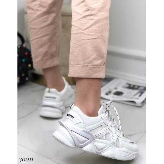 Кроссовки на фигурной подошве.