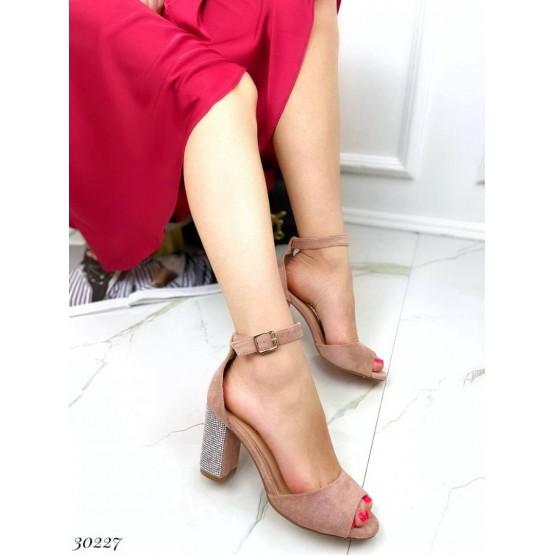 Босоножки на каблуке со стразами
