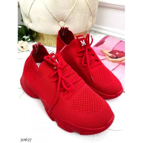 Текстильные кроссовки на шнурках.